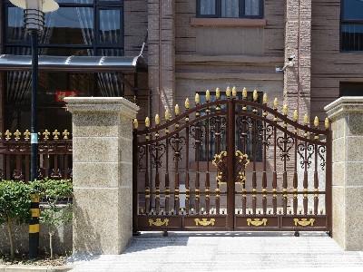 一个即防盗又美观的铝艺别墅大门