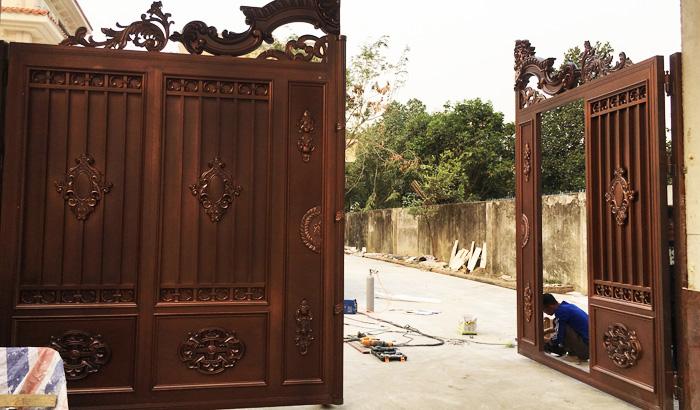汉仁铝艺门为客户安装中